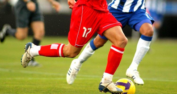 O jogo de futebol exige velocidade, agilidade e precisão de chute