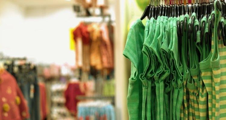 Cuelga sólo tela de poliéster lavada en un tendedero o perchero para secar en lugar de usar la secadora.