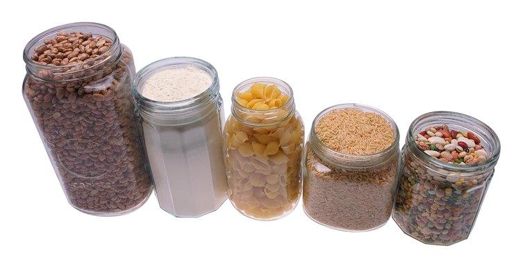 Guardar grãos e comidas em recipientes hermeticamente fechados ajuda a prevenir pragas