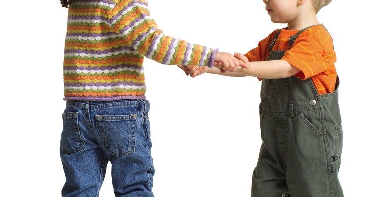 Ponle música alegre, agradable para los chicos y baila con tu niño pequeño.