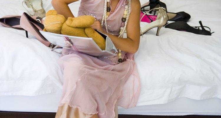 Las perlas y las carteras no son partes del vestir elegante-informal en niñas pequeñas.