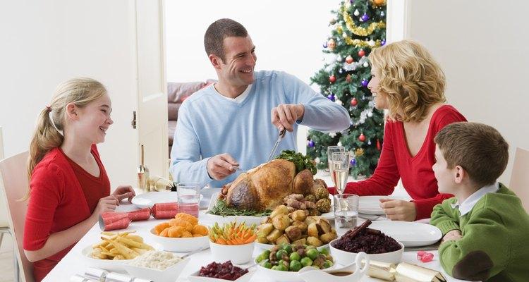 Una familia disfrutando de la cena navideña.