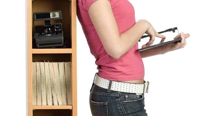 Los estantes para libros pierden el equilibrio dependiendo de cuán uniforme estén cargados pudiendo caer.