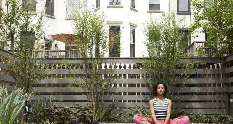 Un rincón silencioso de tu casa o patio es un lugar perfecto para meditar.