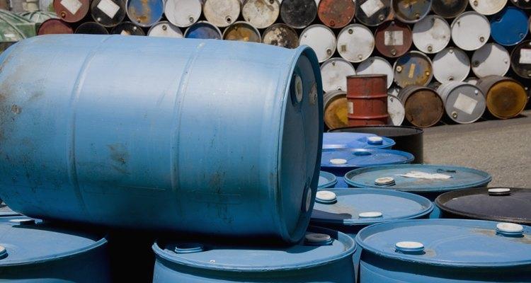 Un barril de plástico cortado por la mitad longitudinalmente hace dos recipientes de cultivo de lombrices.