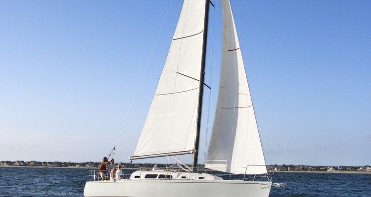 Hay muchos tipos de embarcaciones disponibles para comprar, desde botes a vela hasta yates.