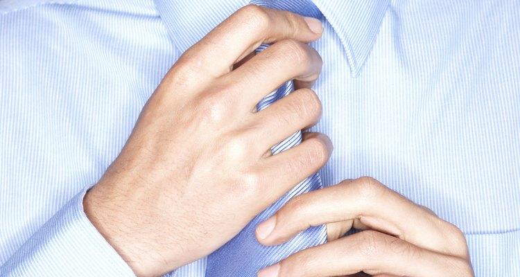 Embrulhe uma gravata para presente com cuidado e atenção à detalhes para uma aparência de embrulho profissional
