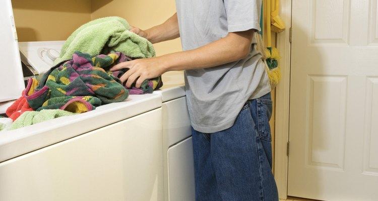 Comprueba siempre los bolsillos antes de lavar, objetos pequeños pueden quedar atrapados y detener la cesta de agitación después del llenado.