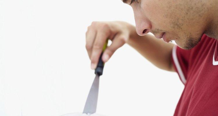 Los agujeros de clavos expuestos pueden ser desagradables, sobre todo en paredes de colores claros.