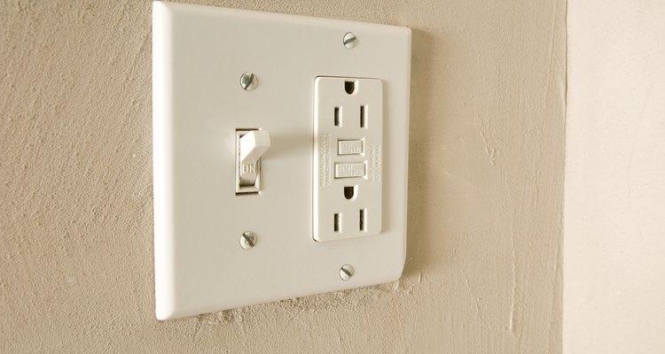 Cómo instalar un interruptor con enchufe.