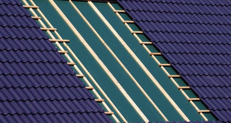 Una capa de pintura acrílica puede ser la manera más barata de arreglar un techo.