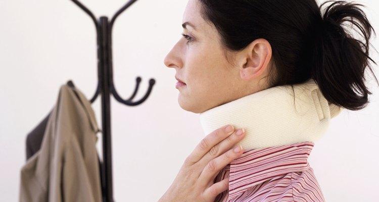 Ajuste sua posição para dormir de forma mais confortável quando estiver usando um colar cervical