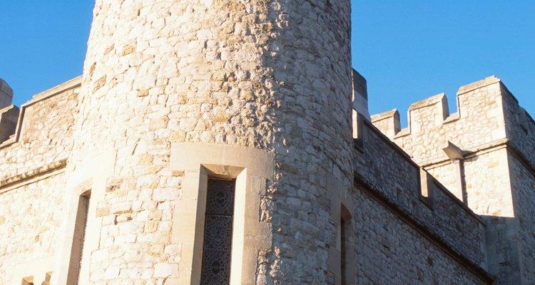 Durante el período feudal, los señores locales construyeron castillos como casas fortificadas y bases militares.