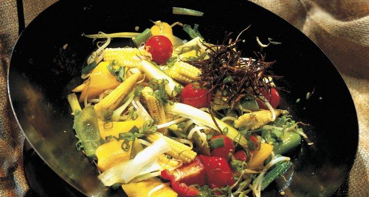 Un wok bien curado requiere muy poco de aceite para saltear los alimentos.