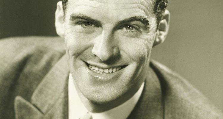 Los hombres de los '30 añadieron más estampados, como corbatas a rayas, en sus guardarropas.