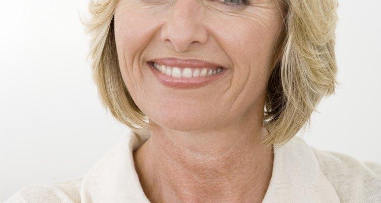O cabelo curto valoriza um rosto maduro