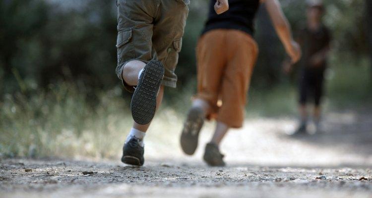 Niños corriendo en relevos.