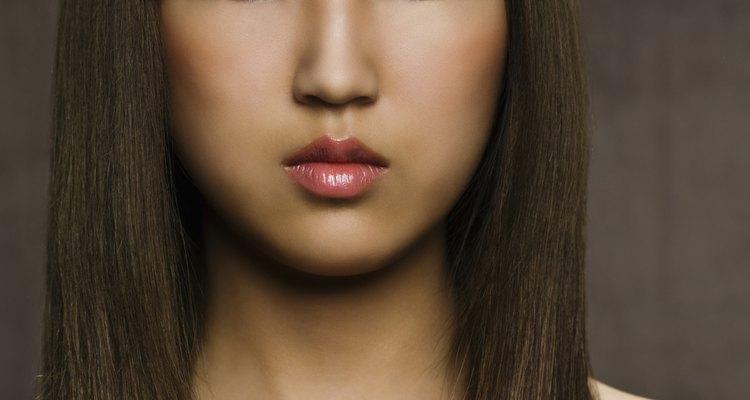 Mantén tu cabello brillante y libre de escamas con remedios caseros para la caspa.