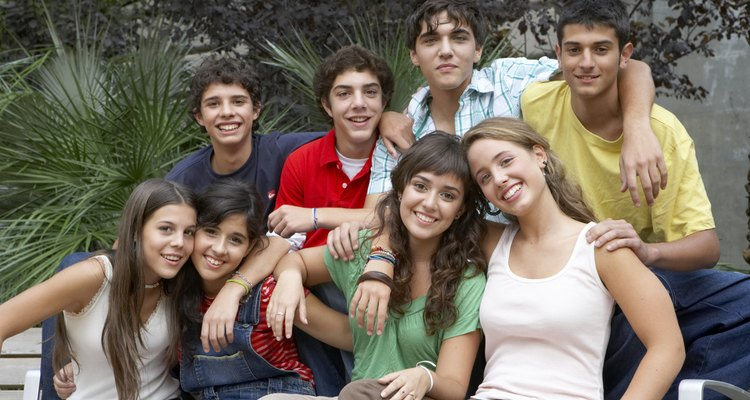 El desarrollo de los adolescentes por lo general comienza alrededor de los 11 años de edad y continúa hasta los 19 a 21 años.