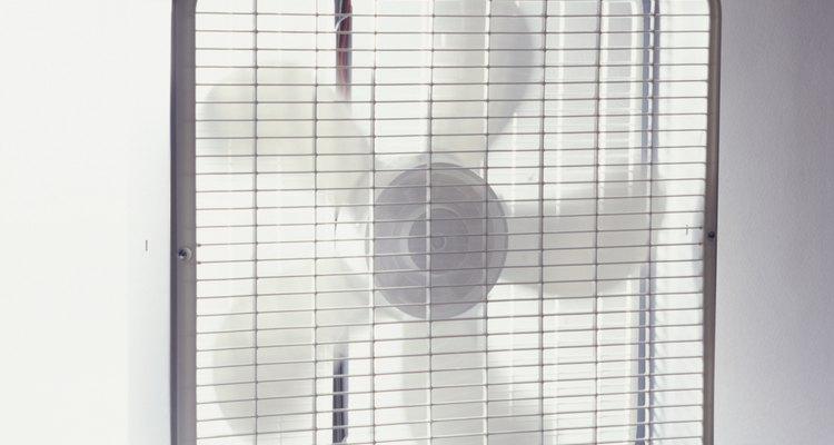 Hay muchas tiendas que venden ventiladores de caja a bajo costo.