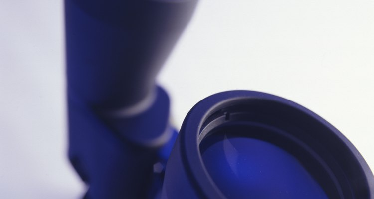 Desarma un lente completamente antes de comenzar desarmar el otro.