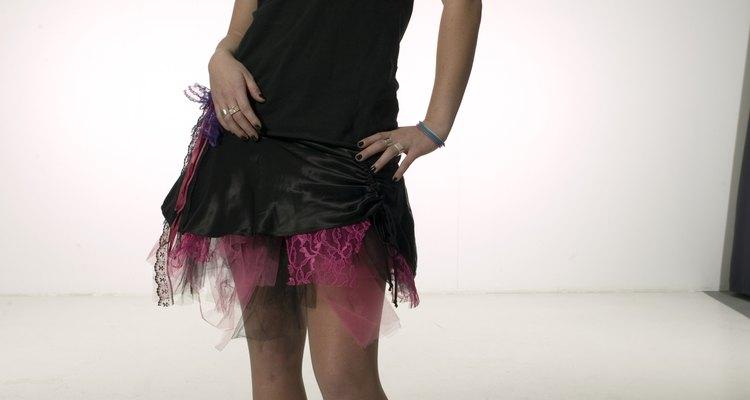Este vestido super curto foi alongado com amostras de tecido