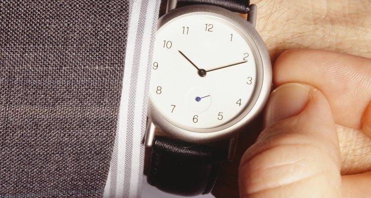 Darle cuerda a un reloj.