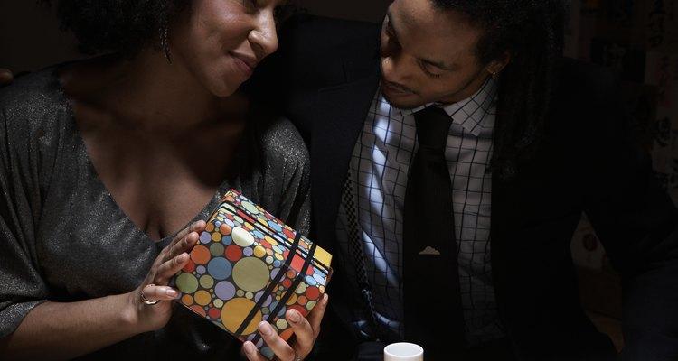 Dale al hombre en tu vida el regalo perfecto para celebrar medio siglo de vida.