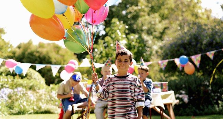Los niños de cuatro años aman los globos, así que podrías contratar a un artista de globos para crear animales, flores o formas.