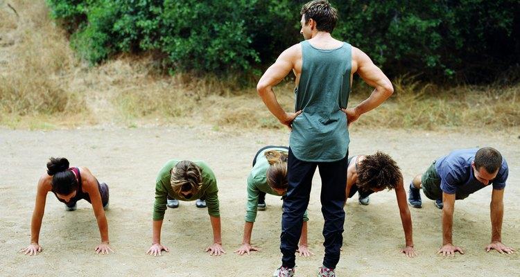 Desenvolva seu peitoral fazendo flexões com as mãos cerradas