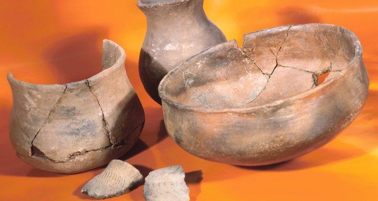 Fija los pedazos de cerámica cocida usando un adhesivo.