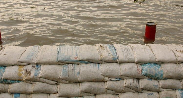 Muros de sacos de areia protegem sua casa de enchentes