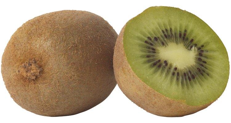 Necesitarás plantas de kiwi macho y hembra para producir frutas.