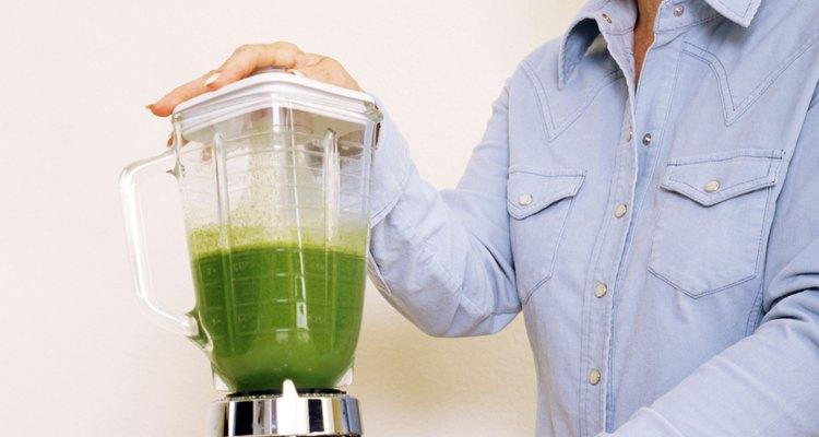 Si añades semillas de chía a tus batidos, podrás incorporar alimentos orgánicos crudos a tu dieta, de una manera muy sencilla.