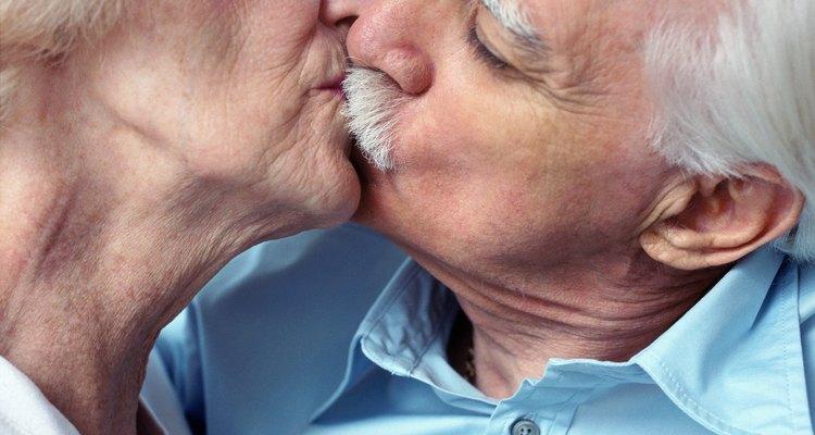 Aprender a beijar usando dentaduras pode levar um pouco de prática