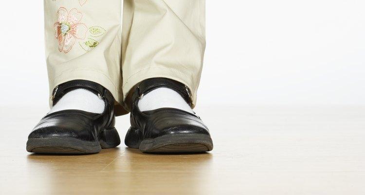 Sapatos de couro e com sola de borracha frequentemente rangem até que estejam corretamente amaciados e condicionados
