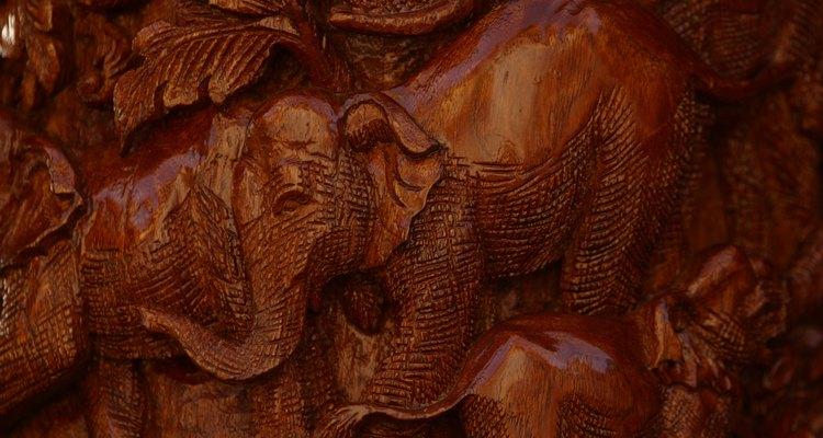 Coloca una estatua de elefante enfrentada a la puerta principal de tu casa.