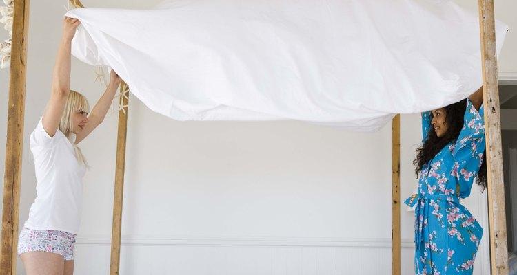 """Prepara un juego de sábanas para cada cama en una de tus cajas de """"Abrir primero""""."""