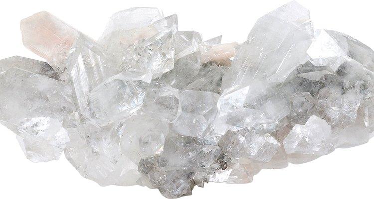 O quartzo branco é branco leitoso ou transparente