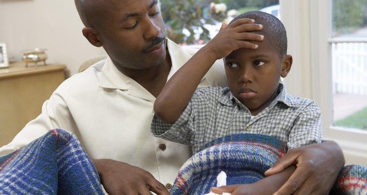 Observe crianças de perto por sinais de desidratação após o vômito