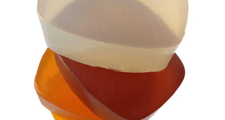 Haz un jabón transparente en casa y úsalo como regalo.