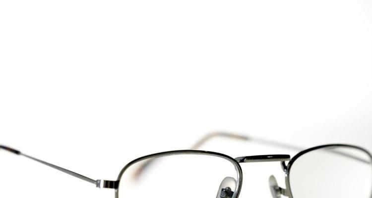 Previna dobras nas armações de metal dos óculos ao guardá-los em um estojo quando não estiverem sendo usados