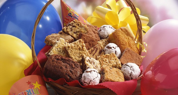 Regala una canasta personalizada con sus dulces preferidos.