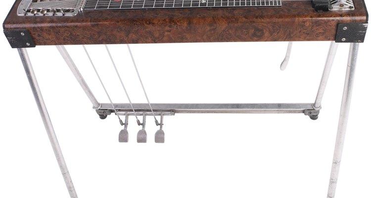 O estilo básico de slide de aço para guitarra evoluiu para o mais complexo instrumento de pedal de aço