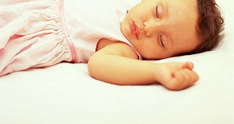 Un niño pequeño necesita la renovación del sueño.