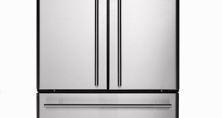 El refrigerador tiene plástico para las partes interiores y exteriores.
