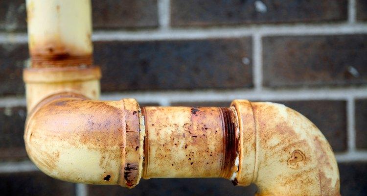 Limpe a superfície do cano antes de aplicar a espuma expansível