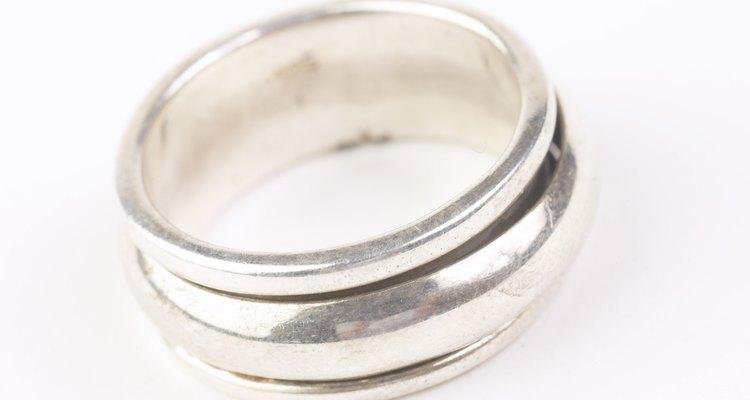 Seu anel de prata irá gradualmente ficar avermelhado à medida que a liga de cobre é exposta