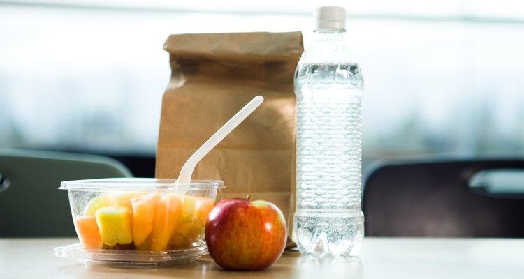 La fruta y los vegetales son buenos para los almuerzos en bolsas marrones.