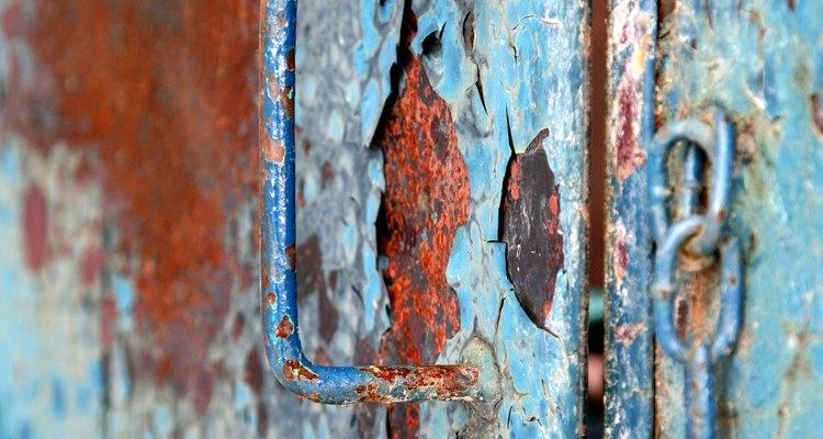 Reparar una puerta de metal oxidada extenderá su vida útil.